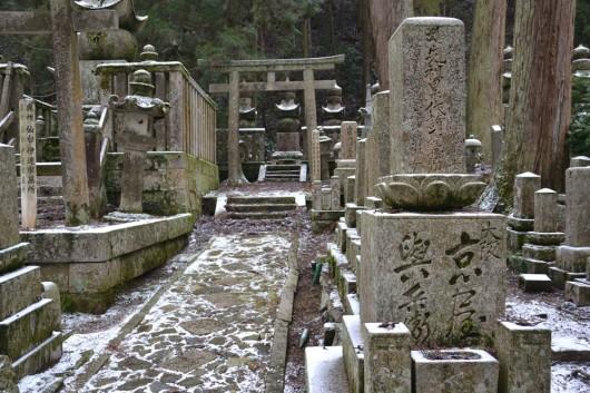 Lovely walk through the snowy path of Koyasan