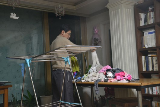 Korean dads doing housework, no macho behaviour in this household