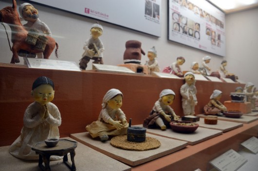 Figurines showing how to make rice wine