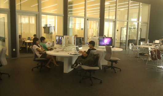 One of the Mac rooms with meeting rooms in the back, free to use for all students