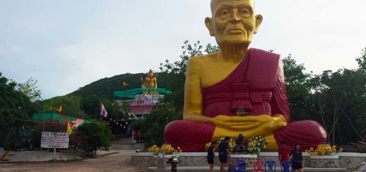 Asian backpacker - Koh Larn Buddha statue
