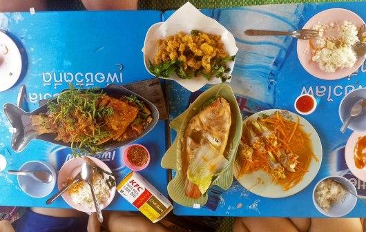 Asian backpacker - Chiang Mai lake restaurant meal